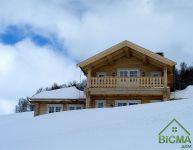 деревянный коттедж зимой